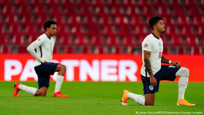 England players Jadon Sancho und Trent Alexander-Arnold take a knee