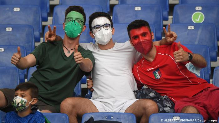 این سه طرفدار تیم ملی فوتبال ایتالیا هر یک خود را به یکی از سه رنگ پرچم ایتالیا درآوردهاند. البته این سه فوتبالدوست احتمالا ناگزیرند که پیوسته در کنار هم بمانند اگر نه پرچم کشورشان ناقص میشود.