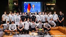 Fußball EM - Quartier deutsche Mannschaft mit Angela Merkel