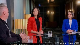 Участники ток-шоу на DW: Николай Халезин, ведущая Катя Артеменко и Светлана Тихановская