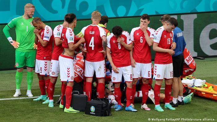لاعبو منتخب الدنمارك مصدومون بعد سقوط زميلهم كريستيان إريكسون مغشيا عليه