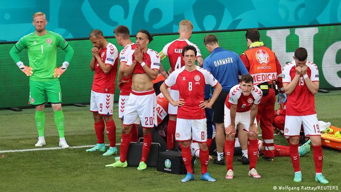 Гравці збірної Данії оточили Крістіана Еріксена, якому надають допомогу лікарі
