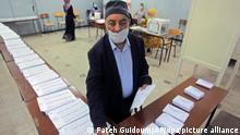 12.06.2021, Algerien, Algiers: Ein Wahlhelfer arbeitet in einem Wahllokal bei den Parlamentswahlen. Es ist die erste Neuwahl des Parlaments seit dem Sturz von Langzeitherrscher Bouteflika vor mehr als zwei Jahren. Foto: Fateh Guidoum/AP/dpa +++ dpa-Bildfunk +++
