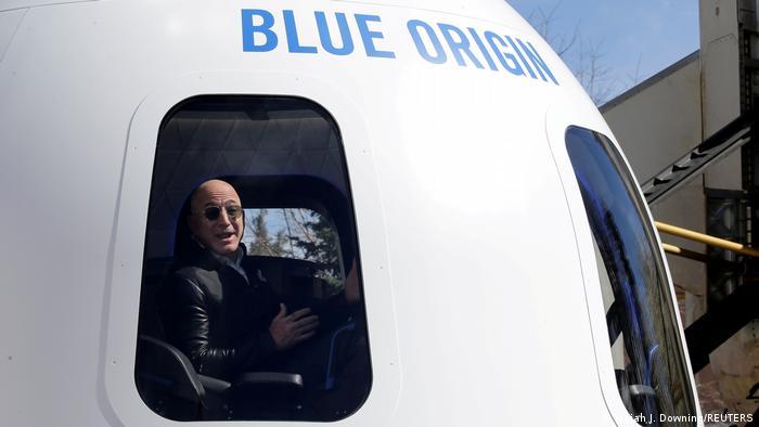 El fundador de Amazon y Blue Origin, Jeff Bezos, se dirige a los medios de comunicación para hablar sobre el cohete acelerador New Shepard y la cápsula de tripulación.
