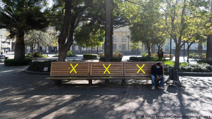 Bancos de praça interditados na capital chilena, Santiago