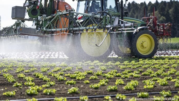 Traktor sprüht Pflanzenschutzmittel