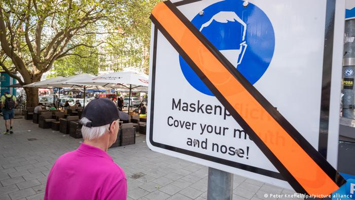 A sign in Munich showing a that mask wearing is mandatory in the immediate area