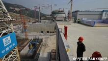 ARCHIV 2013 *** (FILES) This file photo taken on December 8, 2013 shows workers waiting for then-French Prime Minister Jean-Marc Ayrault to arrive at the joint Sino-French Taishan Nuclear Power Station outside the city of Taishan in Guangdong province. - French nuclear firm Framatome said on June 14, 2021 it was working to resolve a performance issue at the plant it part-owns in China's southern Guangdong province following a US media report of a potential leak there. (Photo by PETER PARKS / AFP)