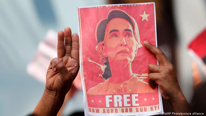 Protest mit einem Bild von Aung San Suu Kyi