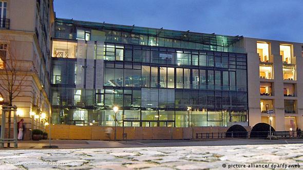 In den Abendstunden brennen die Lichter im Bau der Berliner Akademie der Künste am Pariser Platz (Foto: dpa)