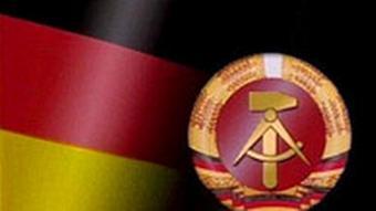 Deutsche Flagge und DDR-Wappen