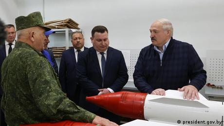 Machthaber Alexander Lukaschenko (r.) bei einem Arbeitsbesuch in der Region Witebsk
