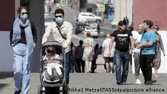 Прохожие в масках в Москве