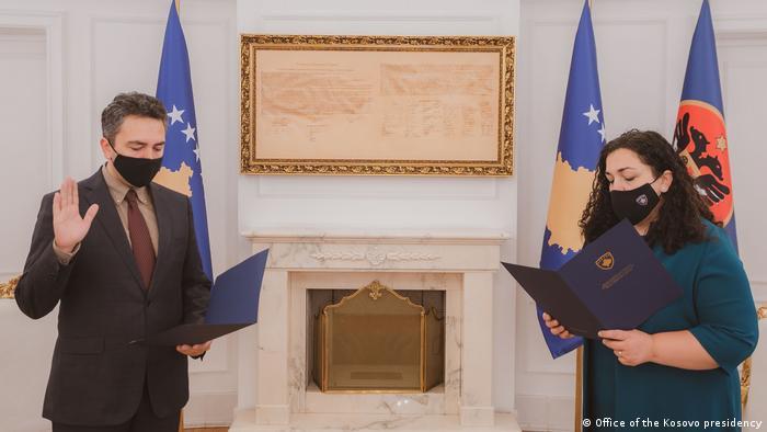 Kosovo  CEC Vorsitzender Kreshnik Radoniqi und Präsidentin Vjosa Osmani