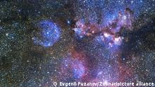 Endloses Universum mit Sternen und Galaxien im Weltraum