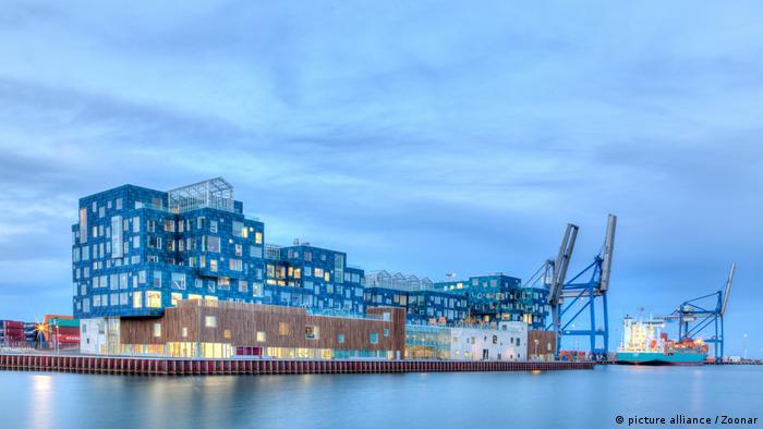 Dänemark Internationale Schule in Kopenhagen im Abendlicht. Die Fassade der Schule besteht aus Solarmodulen.
