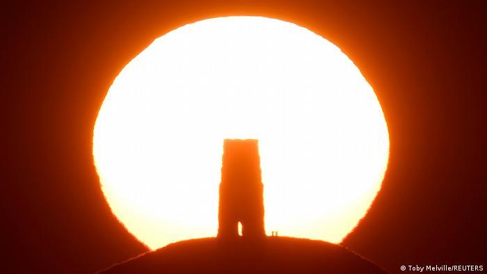 Poslednji zraci sunca osvetljavaju drevni hram Svetog Mihaila na vrhu brda Glastonberi-Tor pored istoimenog grada u Britaniji. A vidite li na fotografiji i dvoje ljudi koji su iskoristili trenutak da uživaju u nesvakidašnjem prizoru?