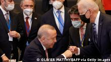 """*** Dieses Bild ist fertig zugeschnitten als Social Media Snack (für Facebook, Twitter, Instagram) im Tableau zu finden: Fach """"Images"""" —> Weltspiegel/Bilder des Tages *** TOPSHOT - CAPTION CLARIFICATION - Turkey's President Recep Tayyip Erdogan (C) fist bumps with U.S. President Joe Biden (R) as he stands up to greet him during a plenary session at a NATO summit in Brussels, Monday, June 14, 2021. U.S. - The allies will agree a statement stressing common ground on securing their withdrawal from Afghanistan, joint responses to cyber attacks and relations with a rising China. - CAPTION CLARIFICATION (Photo by Olivier Matthys / POOL / AFP) / CAPTION CLARIFICATION (Photo by OLIVIER MATTHYS/POOL/AFP via Getty Images)"""