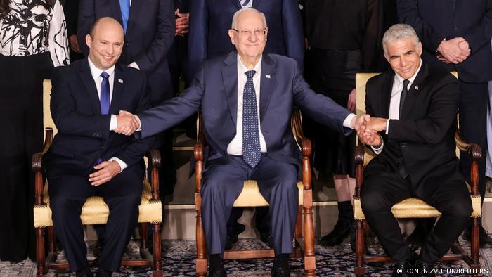 Predsednik Izraela Rivlin između Beneta i Lapida koji dele premijerski mandata - svaki po dve godine. Počinje Benet, dok je Lapid sada ministar spoljnih poslova.