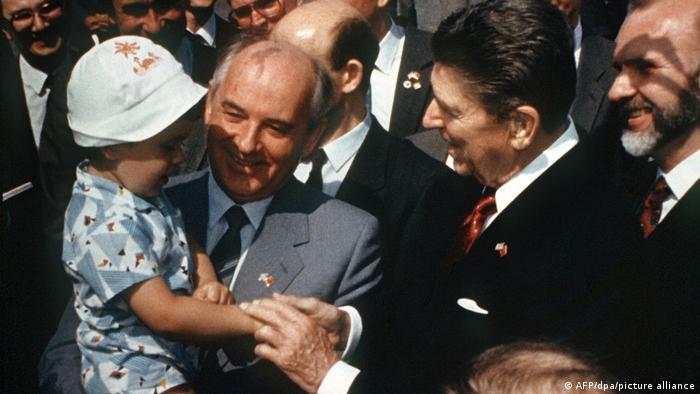 Михаил Горбачев и Рональд Рейган на Красной площади в Москве