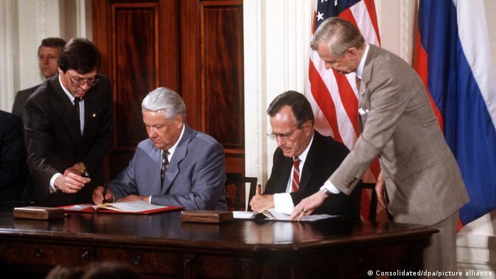 Борис Ельцин и Джордж Буш-старший подписывают договор СНВ-2