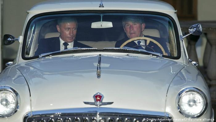 Джордж Буш-младший катает Владимира Путина на раритетном автомобиле Волга в Ново-Огарево