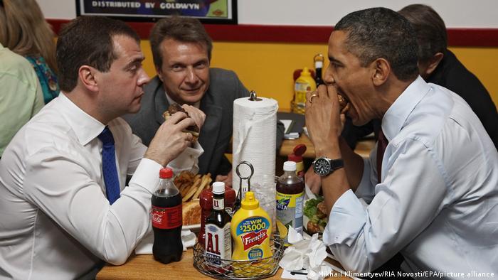 Дмитрий Медведев и Барак Обама в любимой бургерной американского президента в Арлингтоне