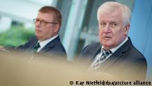 Horst Seehofer (r, CSU), Bundesminister des Innern, für Bau und Heimat, und Thomas Haldenwang, Präsident des Bundesamtes für Verfassungsschutz (BfV), stellen in der Bundespressekonferenz den Verfassungsschutzbericht 2020 vor. +++ dpa-Bildfunk +++