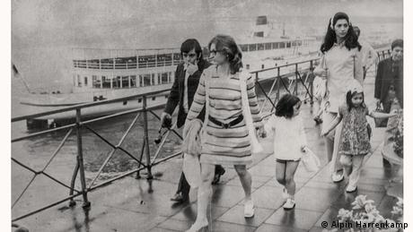 Necla Türköz com a filha Alpin, o filho Uğur e amigs em passeio em 1972