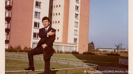 Onur Dulgür posa diante de prédio em Colônia