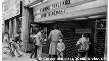 Deutsch-Italienisches Kino, Weidengase: Aus der Reportage Kebab Kölsch und Kneipenstrich 1981/1982 Guenay Ulutuncok Weidengasse Köln, 1982 © Guenay Ulutuncok/DOMiD-Archiv, Köln