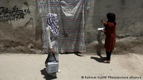 <div>Afghanistan: Polio vaccinators killed in 'coordinated attack'</div>