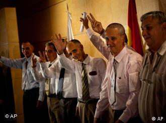 Cuban dissidents waving to photographers