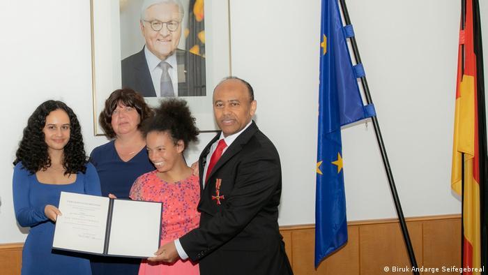 Deutschland, Berlin | Verleihung des Bundesverdienstkreuzes am Bande an Dr. Tsegaye Degineh