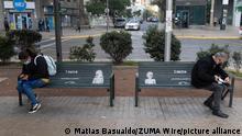Chile Santiago Fußgänger sitzen mit sozialer Distanz