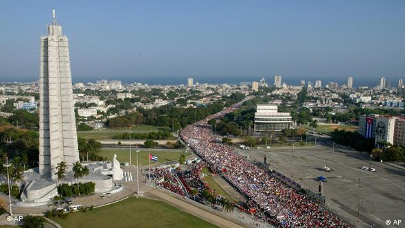 People march to commemorate Labor Day near Revolution Plaza in Havana, Saturday, May 1, 2010. (Foto: AP)