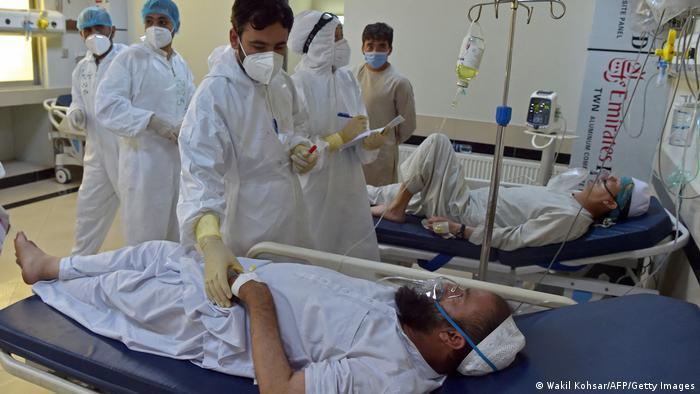 Wagonjwa katika wadi ya COVID-19 katika hospitali moja mjini Kabul