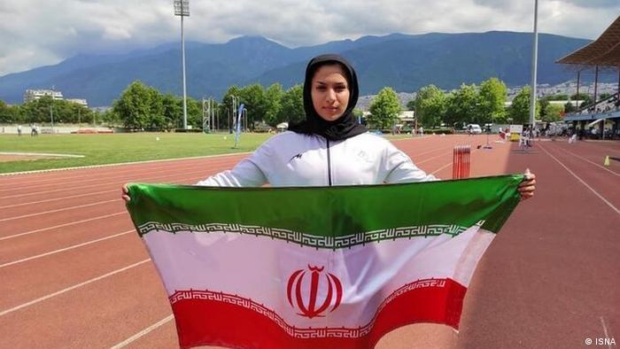 دختر برتر دو و میدانی ایران با کفش پاره کنار خیابان تمرین میکند
