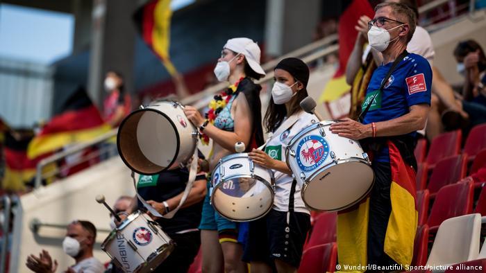 Deutsche Fans spielen Schlagzeug beim Länderspiel gegen Chile