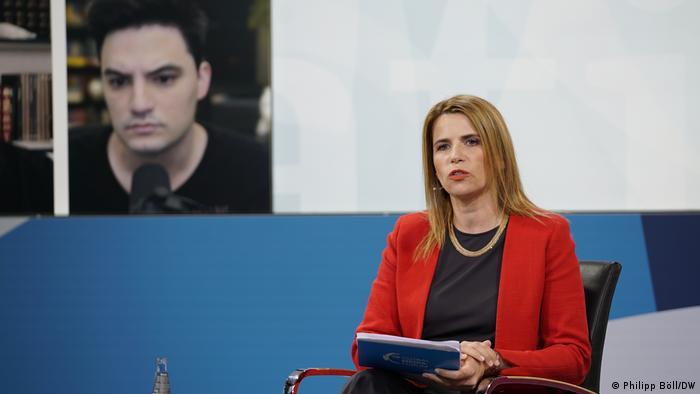 Felipe Neto e a apresentadora Michaela Kuefner em debate no Global Media Forum