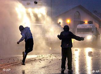 Rioters attack Northern Ireland officers