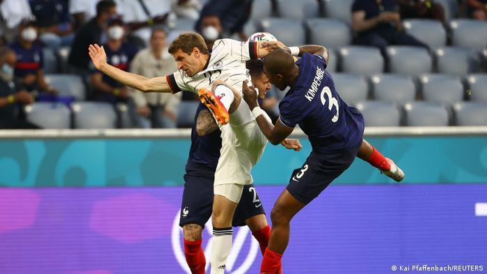 تیم ملی آلمان پس از گل نسبتا زودهنگام فرانسه درصدد جبران گل برآمد، اما تلاشهای بازیکنان آلمان چندان خطرآفرین نبود و نیمه نخست در نهایت با نتیجه یک بر صفر به سود فرانسه پایان یافت.