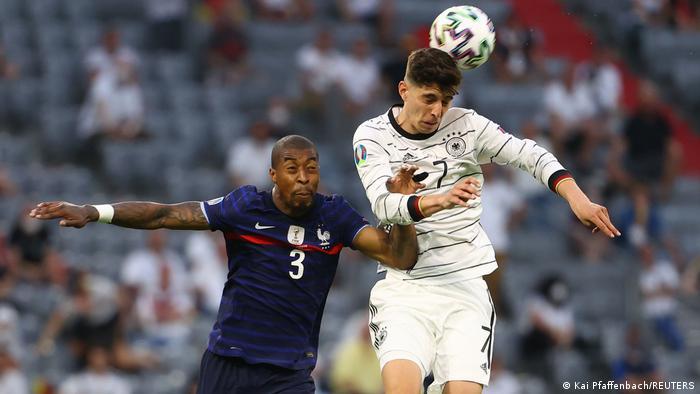 Kai Havertz (r.) bleibt gegen Frankreich bei seinem ersten EM-Spiel äußerst blass.