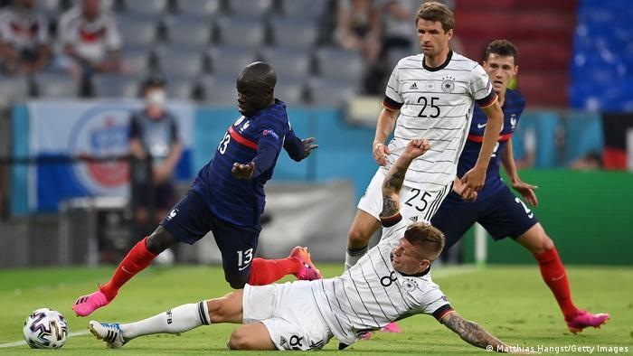 تیم ملی فرانسه در آغاز نیمه دوم توانست کنترل بازی را در دست گیرد و هم از فشار آلمان جلوگیری کند و هم با حملات سریع خطرآفرین شود. تصویر: تلاش تونی کروس (شماره ۸)، هافبک آلمان برای مهار کانته (شماره ۱۳) ملیپوش فرانسه.