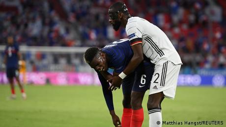 الفرنسي بول بوغبا يدافع عن الألماني روديغر الذي قام بعضه قبل نهاية الشوط الأول من مباراة فرنسا وألمانيا في يورو 2020.