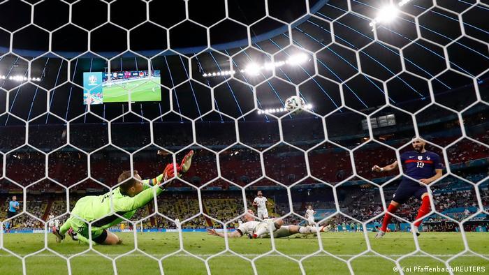تصویری از گل آفساید کریم بنزما (راست)، مهاجم فرانسه در دقایق پایانی دیدار تیمش مقابل آلمان.