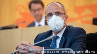 Hessen İçişleri Bakanı Peter Beuth mecliste yapılan oturumda operasyon hakkında bilgi verdi