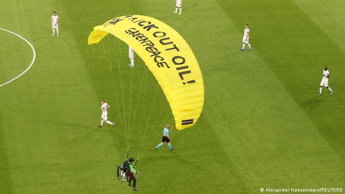Aktywista Greenpeace wylądował na boisku Alianz Areny w Monachium podczas meczu reprezentacji Niemiec z Francją
