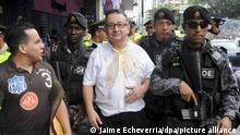 epa02832444 Emilio Palacio (C), author of a column considered offensive by Ecuadorean President Rafael Correa in Ecuadorean daily El Universo, leaves a courthouse after being attacked with a liquid by supporters of government, in Guayaquil, Ecuador, 19 July 2011. Ecuadorean daily newspaper El Universo said it will correct a column considered offensive by Correa to put an end to a lawsuit and to avoid bankruptcy. EPA/JAIME ECHEVERRIA ++ +++ dpa-Bildfunk +++