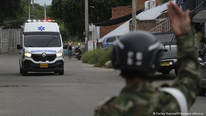 Foto de un soldado frente a una ambulancia en Cúcuta